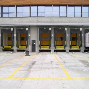 Скоростные ворота Dynaco в комбинации с секционными воротами, доклевеллерами и докшелтерами