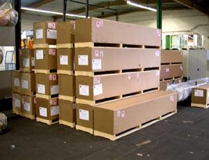 Промышленные рулонные скоростные ворота Dynaco упакованные в деревянный ящик удобно и компактно складируются.