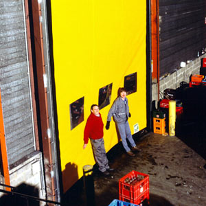 Промышленные рулонные скоростные ворота Dynaco система безопасности. Самовосстановление ворот после выхода полотна из направляющих.